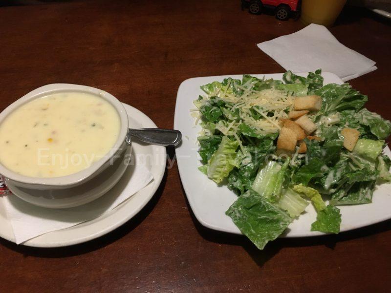 グアム・トニー・ローマTony Roma'sのセットのスープとサラダ