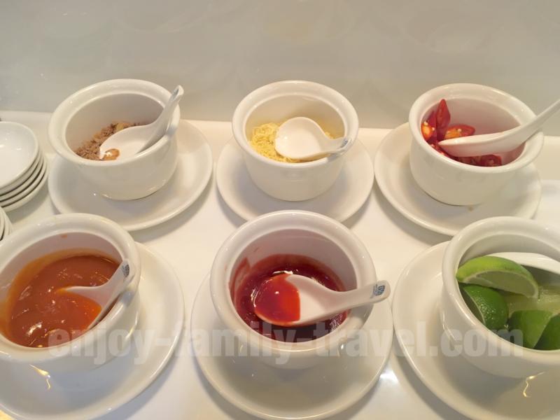 ベトナム・ダナンエアポートラウンジCIP ORCHID LOUNGEの麺類の調味料